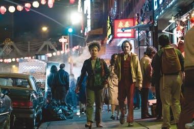 Sophie (Zazie Beetz) y Arthur recorren Gotham, a comienzos de los 80, una ciudad muy parecida a la Nueva York real de esa época