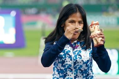 Yanina Martínez: medalla, mascota y festejo en los 200 metros