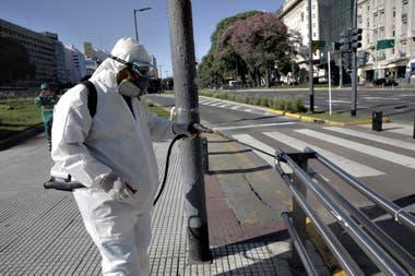 Las autoridades impulsan medidas para desinfectar las calles