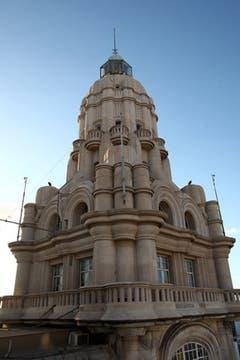 El emblemático faro ubicado en la cima de la torre del Palacio Barolo y convertido en una de las insignias conmemorativas de los 200 años de la Revolución de Mayo de 1810 vuelve a iluminar. Foto: LA NACION / Fabián Marelli
