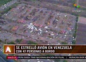 Imagen tomada del canal Telesur en la que se observa el avión que con 47 personas a bordo se estrelló cerca de Ciudad Guayana, Venezuela