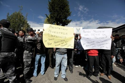 Protesta de efectivos policiales y del Ejército en el Regimiento de Policía Número 1 de Quito, Ecuador. Foto: EFE
