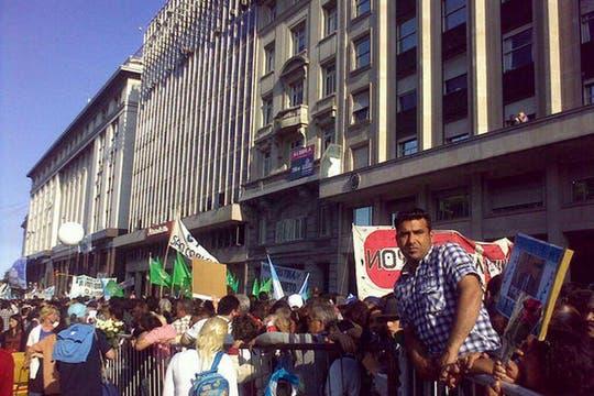 Sigue la fila y la multitud para acompañar a la Presidenta. Foto: lanacion.com / @maiajastre