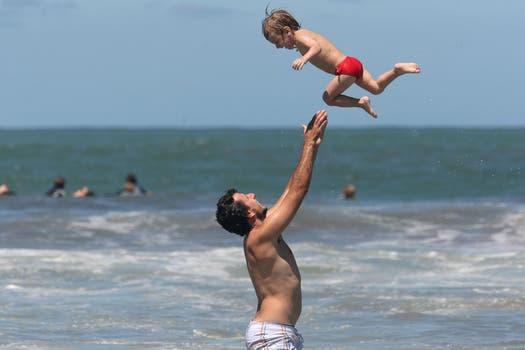 Un padre juega con su hijo en Playa Grande. Foto: LA NACION / Mauro V. Rizzi