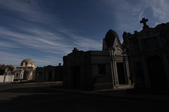 Numerosas calles internas atraviesan el cementerio de la Chacarita. Foto: lanacion.com / Guadalupe Aizaga