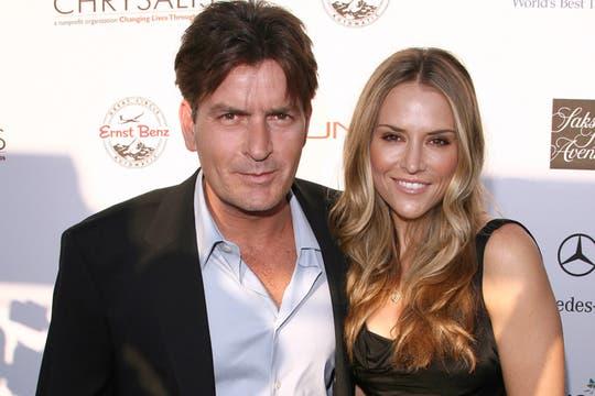 El actor exprotagonista de Two and a Half Men posa junto a su tercer ex mujer, Brooke Muller. Foto: Getty Images