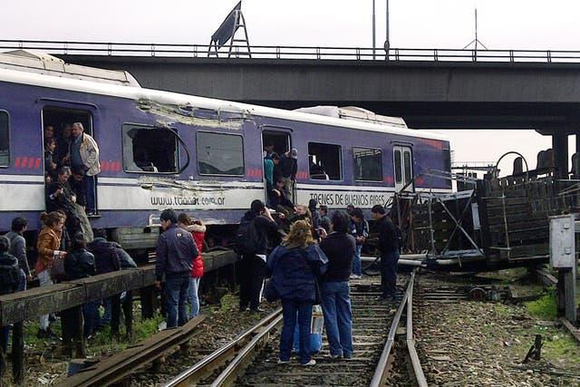 El último vagón de un tren de la línea Mitre se salió de la vía y derrumbó una torre de señalización a 600 metros de la terminal de Retiro
