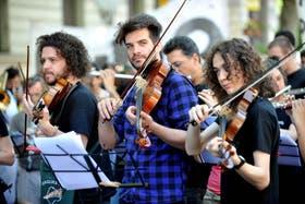 Músicos de las orquestas juveniles tocaron frente a la Legislatura porteña