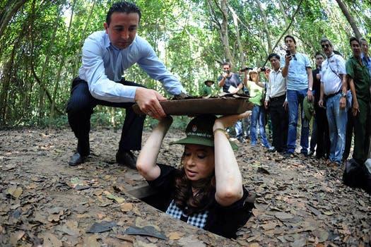 La presidenta ingresa en los túneles que fueron usados por los vietnamitas durante la guerra. Foto: Télam