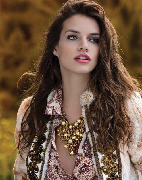 Abrigo de piel con bordado ($2398, Bendito Pie). Camisa ($420, Portsaid). Collar($480, Mai Cassal).