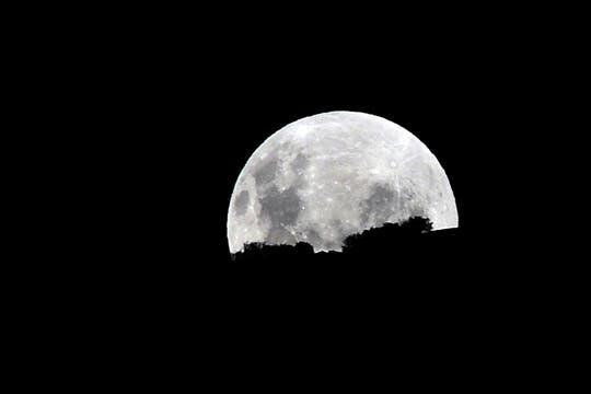 Aspecto que presentaba la luna en Chile antes del comienzo del eclipse. Foto: AFP