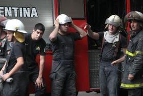 Bomberos trabajaban en el lugar del derrumbe
