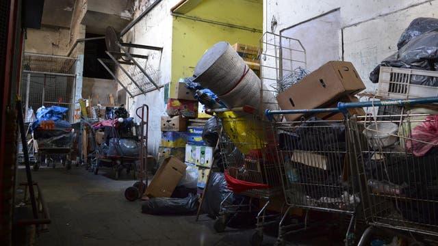 Entre otros elementos, se hallaron carritos para montar puestos callejeros