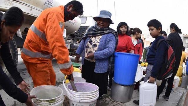 Más de 90 barrios de La Paz se ven afectados por la crisis y deben recibir agua a través de cisternas.
