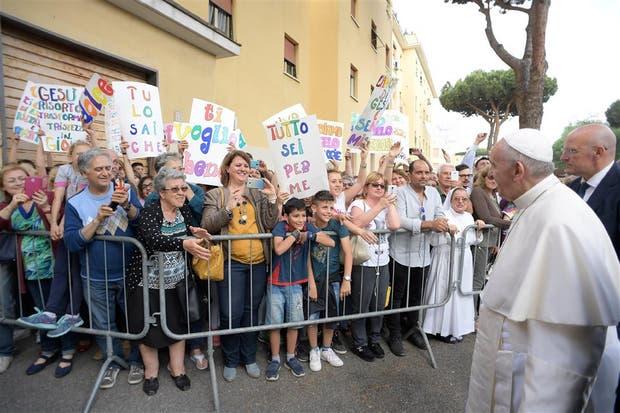 Francisco, ayer, en su recorrida por un barrio de Ostia