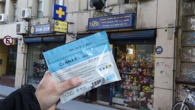 Un paquete de marihuana que un hombre acaba de comprar en una farmacia. Foto: AFP / Miguel Rojo