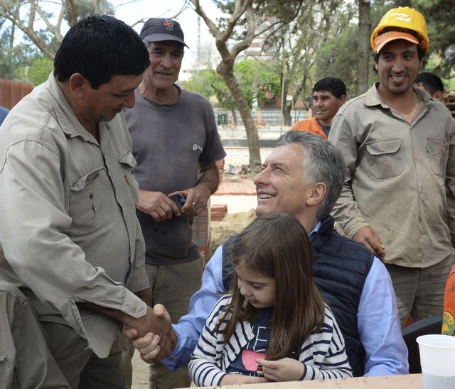 El Presidente almorzó con los trabajadores que hacen la reforma y lo acompañó su hija Antonia.