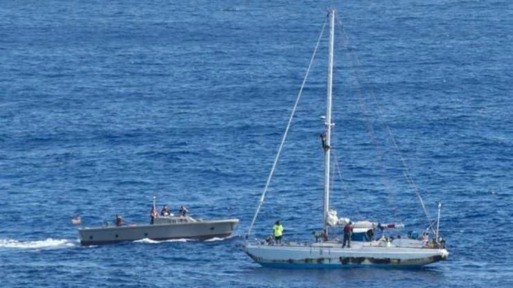 La marina estadounidense llegó al rescate un día después de que el pequeño velero fue visto por un barco pesquero