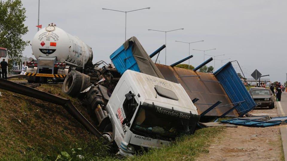 Tras el impacto hubo una explosión lo que dejo como saldo dos muertos, que viajaban en el camión de gas