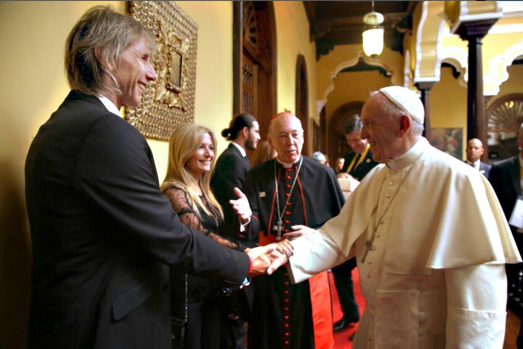 El encuentro futbolero del Papa con el Tigre Gareca — Francisco en Perú