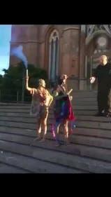 Un cura empujó con el pie a una joven que festejaba su título en las puertas de la Catedral