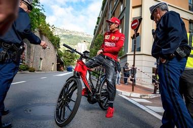 El piloto Charles Leclerc, llega en bicicleta a las prácticas de Mónaco.