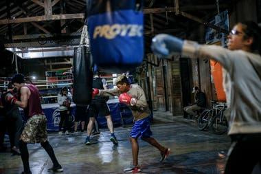 Chicos que participan del programa Formando en el Deporte, durante sus rutinas de entrenamiento