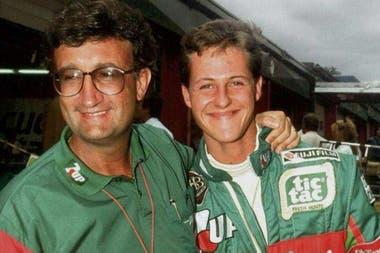 Eddie Jordan, el dueño del equipo, con un juvenil Michael Schumacher: tenía 22 años.