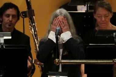 Emocionada, Smith debió detener su performance en el concierto del Nobel