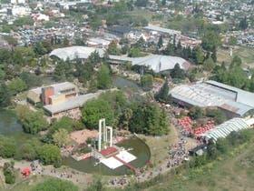 El predio tiene una superficie de 17 hectáreas de parques y cuatro pabellones