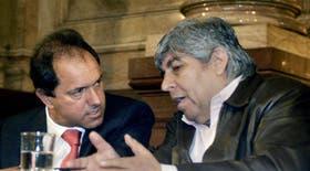 El vicepresidente Scioli junto con Moyano durante el acto en el Senado