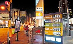 La YPF de Córdoba y Alem, en Capital Federal, exhibía ayer en la nafta súper aumentos de hasta 14 centavos por litro