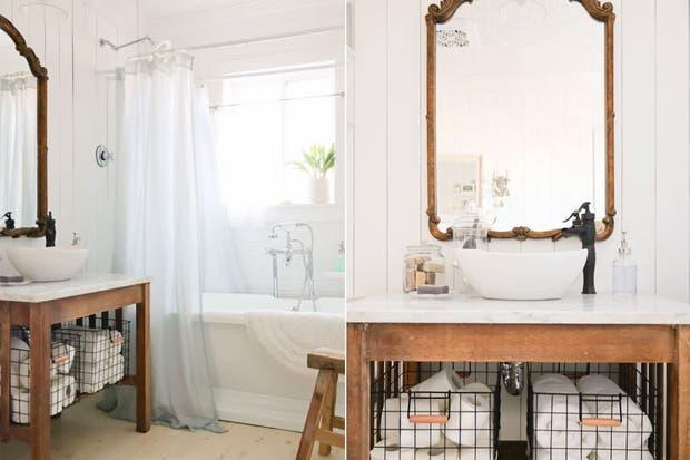 Griferia Baño Rustico:Los canastos de alambre marcan la diferencia en este mueble de baño
