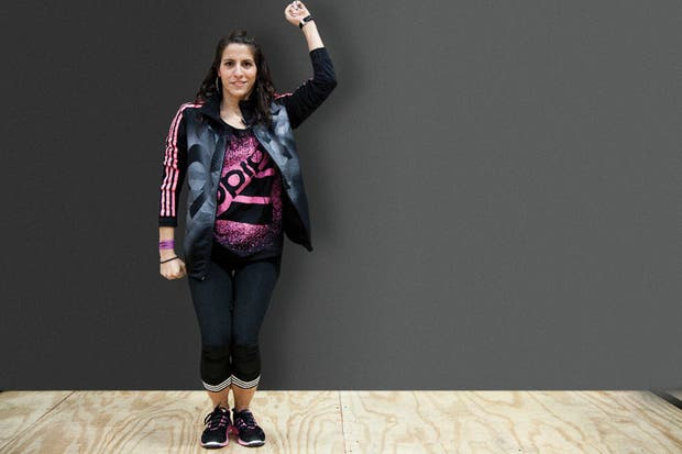 De pie, con el torso derecho, los brazos al costado del cuerpo y los tobillos juntos, flexionamos las rodillas y llevamos el brazo derecho hacia arriba. Lo bajamos, flexionando el codo para que forme un ángulo de 90 grados mientras elevamos el cuerpo poniéndonos en puntas de pie (ver siguiente). Foto: Gentileza Adidas
