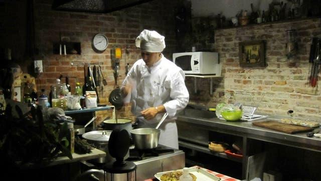 En plena acción, preparando los platos para servir a los comensales