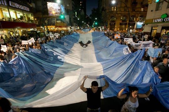 Pasadas las 18, en la esquina de Santa Fe y Callao comenzaron a congregarse los primeros manifestantes. Foto: AP