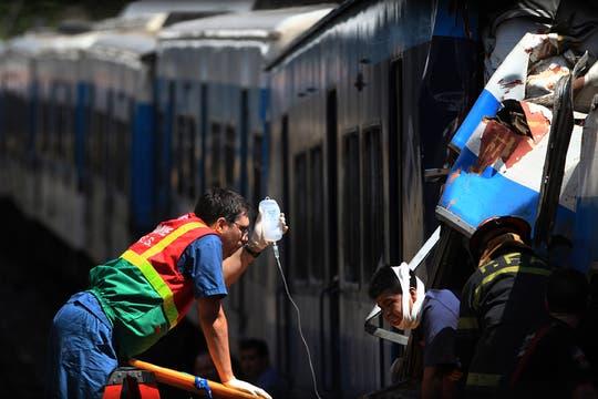 Un tren de la línea Sarmiento no logró frenar al llegar a la estación y chocó contra el andén. Foto: LA NACION / Aníbal Greco