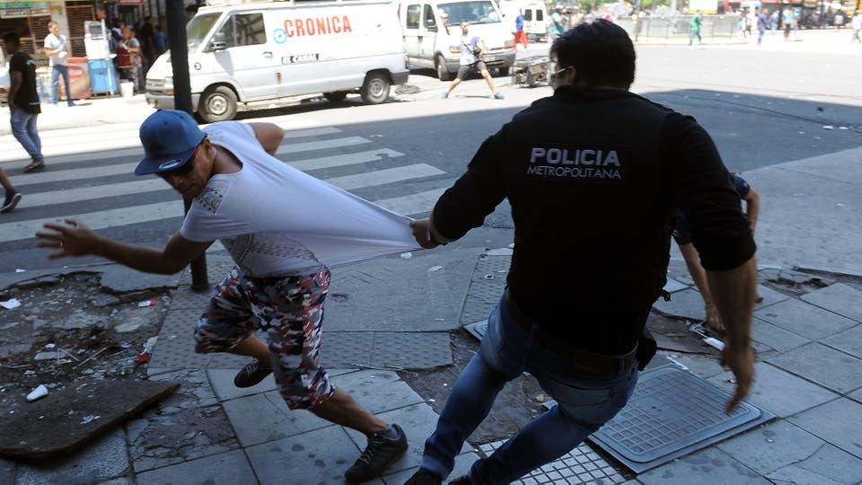 Policías y manteros se enfrentan en el barrio porteño de Once. Foto: Télam / José Romero