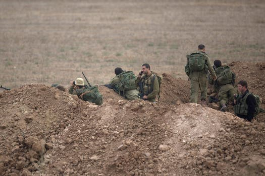 Soldados israelíes toman posiciones en una locación sin identificar cerca de la frontera entre Israel y Gaza. Foto: EFE