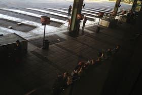 La terminal de Retiro con sus plataformas vacías a raíz del paro