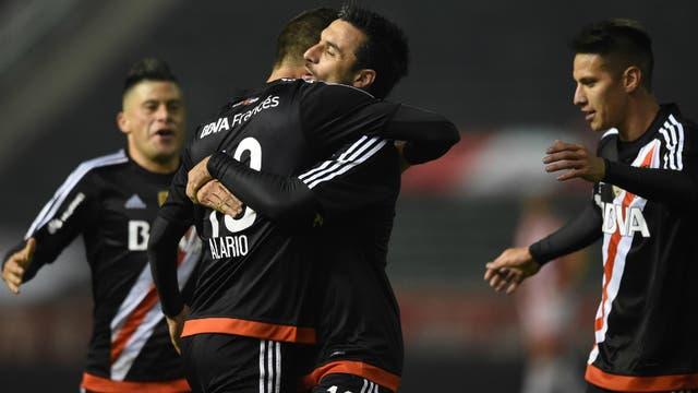 Alario se abraza con Scocco y se suma Moreira al festejo
