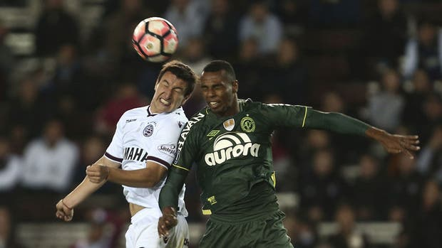 Luiz Otávio, el futbolista que no podía jugar, pelea una pelota aérea con Nicolás Aguirre