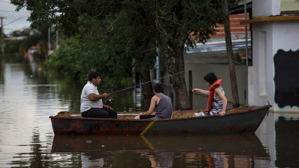 Por las inundaciones hay miles de evacuados, las calles son río y la única manera de moverse es en bote. Foto: LA NACION / Aníbal Greco