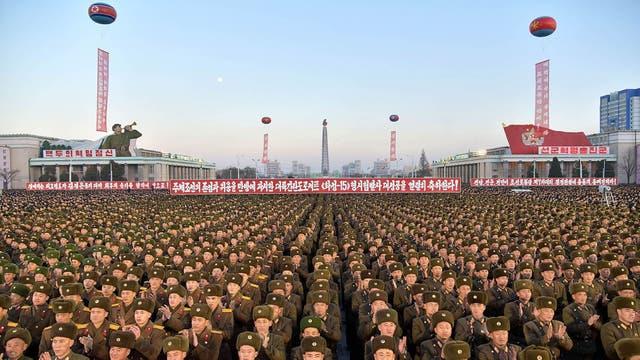 Soldados norcoreanos durante una celebración por el aumento en armamento nuclear de Corea del Norte