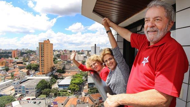 Lula, junto a su mujer, Marisa, y Dilma, saludaron ayer a los militantes desde el balcón de la casa del ex presidente