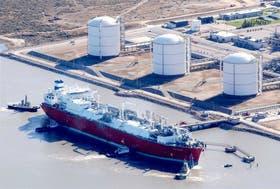 Un buque con gas frente al puerto de Bahía Blanca, semanas atrás