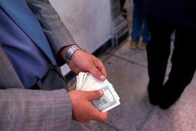 Creció la oferta del dólar paralelo en el microcentro, tras la suba en el precio