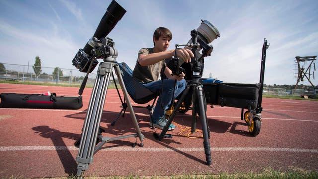 Cameron DaSilva prueba el equipo de la cámara que utilizará para ver el eclipse