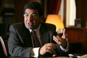 Con la firma de Ricardo Echegaray, se oficializó el impuestazo a las compras en dólares por internet y débito