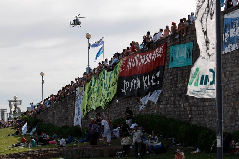 Banderas desplegadas en la costa de Mar del Plata. Foto: LA NACION / Rodrigo Néspolo